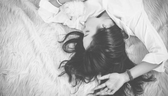 女性 寝る 睡眠 夢 休憩
