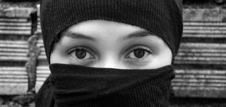 見つめる女性 視線 目が合う