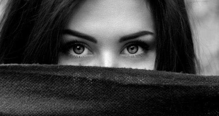 女性 視線 顔を隠す