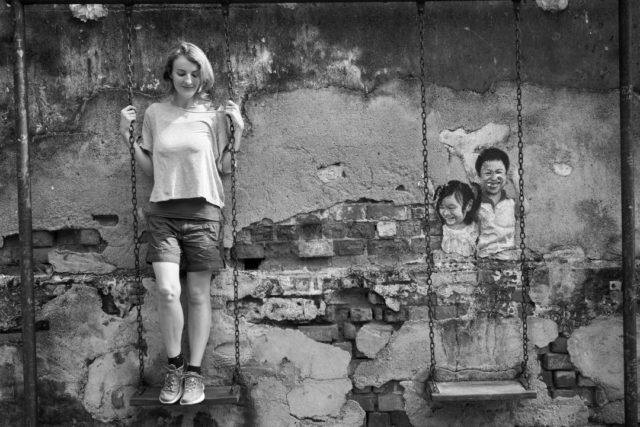 女性 肖像画 女の子 壁 ブランコ 遊び
