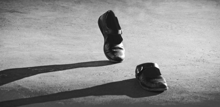 心霊現象 靴 歩く 幽霊 悪霊