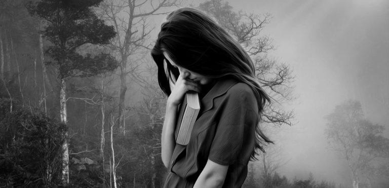女性 悲しみ 苦しみ 孤独 森