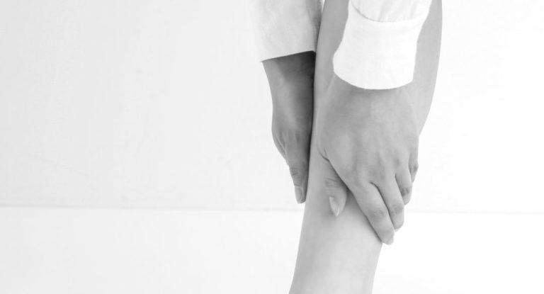 女性の脚 ふくらはぎを触る