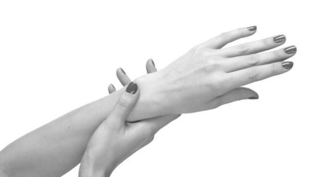 女性の手の甲