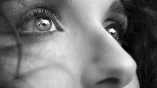 女性の鼻 目 見上げる