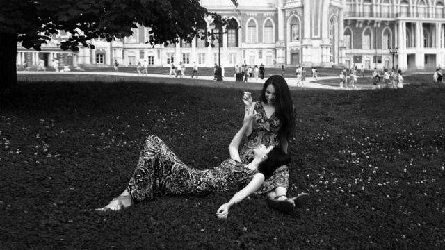 双子の女性 膝枕 自然