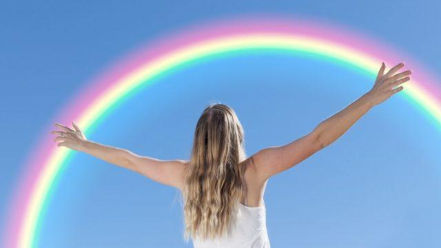 虹を見上げる女性