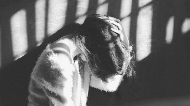 頭を抱える女性 不安 髪の毛 ストレス
