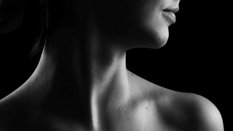 女性の首 喉 肩