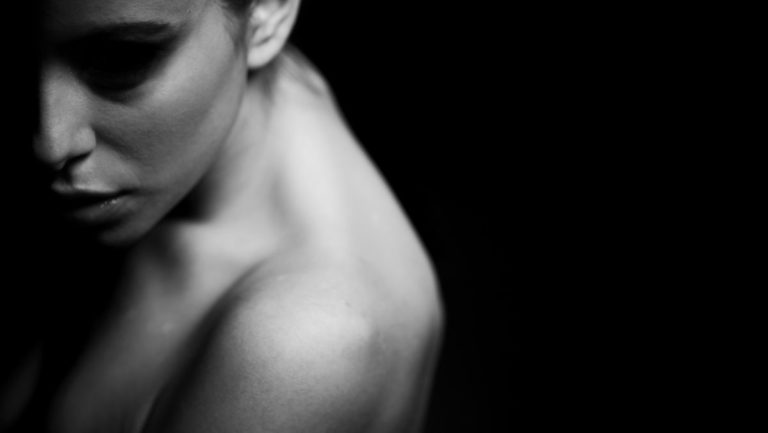 左肩を出す女性 不安 暗い