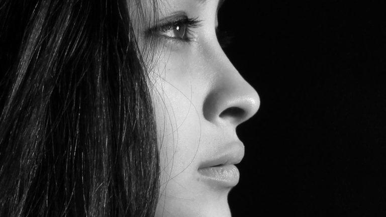 女性の鼻 目 不安