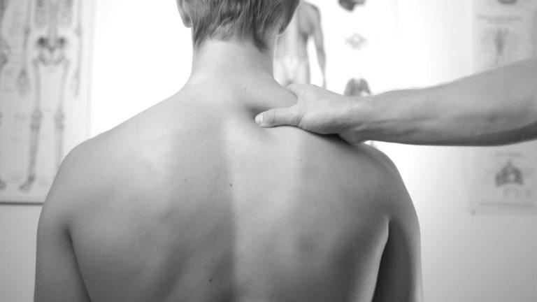 男性の肩を揉む