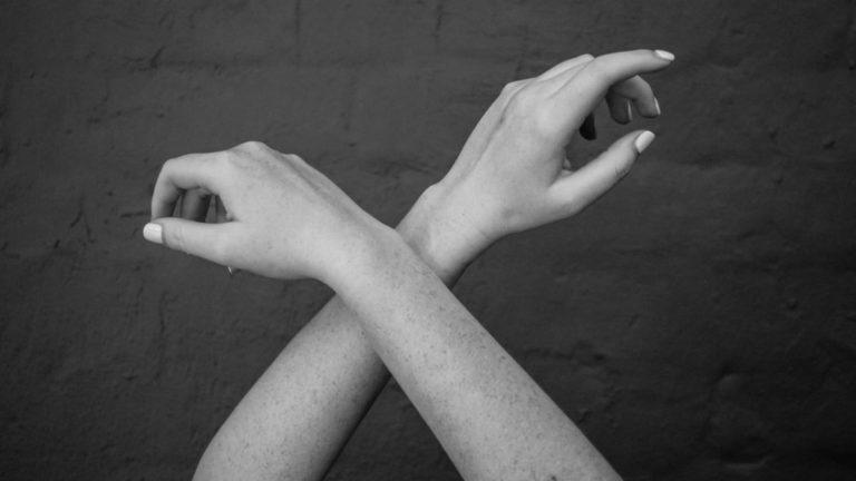 交差した腕 手 手首
