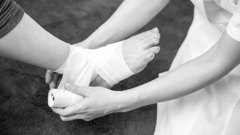 骨折 足に包帯