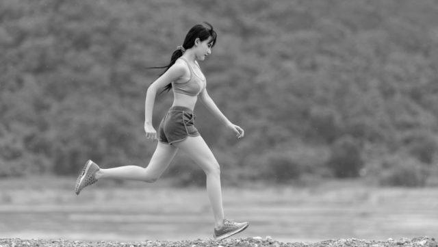 走る女性 ランニング 健康 運動 練習