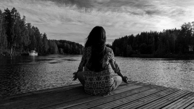 瞑想する女性 自然 湖畔