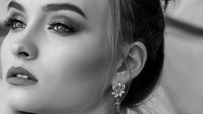 女性の左耳
