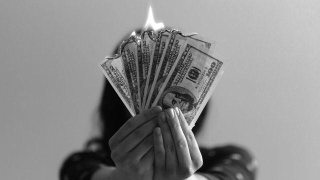 お金を燃やす 火