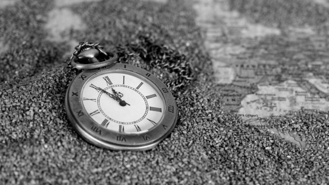 砂に埋もれた時計 時間 過去 未来