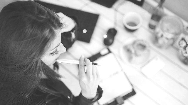 仕事をする女性 考える 悩む ビジネス