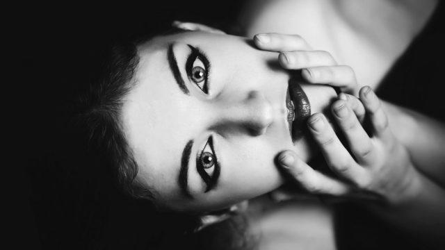 顔を触る女性 見上げる 視線