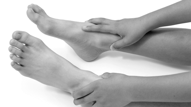 足を触る 両足 脚 裸足