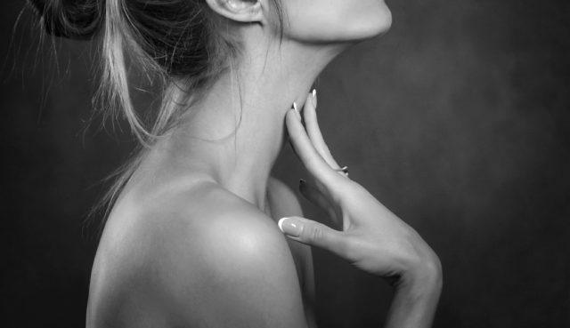 首を撫でる女性 手 指