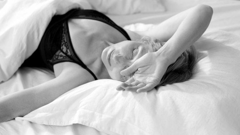 寝る女性 睡眠 眠い 夢