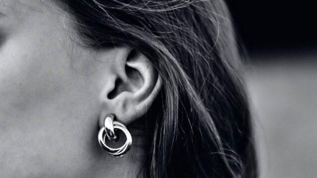 女性の耳 イヤリング アクセサリー