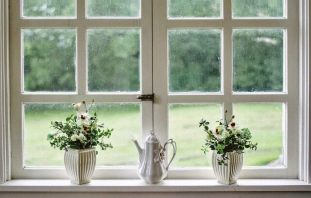 花を飾る 花瓶 窓
