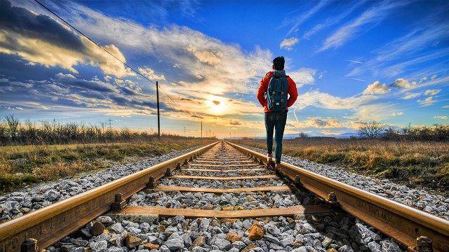 旅行 バックパッカー 一人旅 夕日 線路 進路 試練