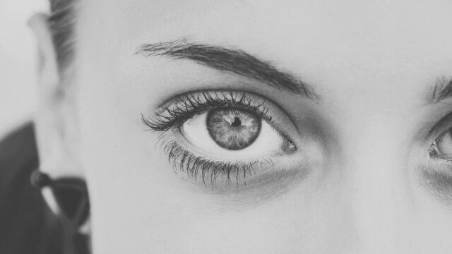 女性の目 まぶた 右目