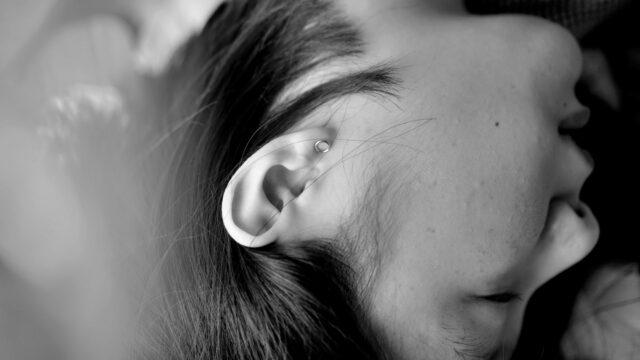 女性の右耳 寝転ぶ 寝る