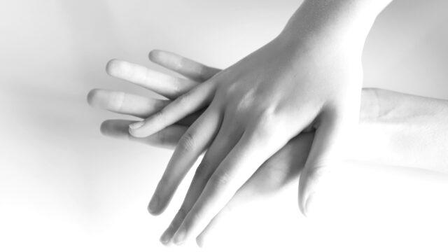 女性の手の指 両手 左手 右手