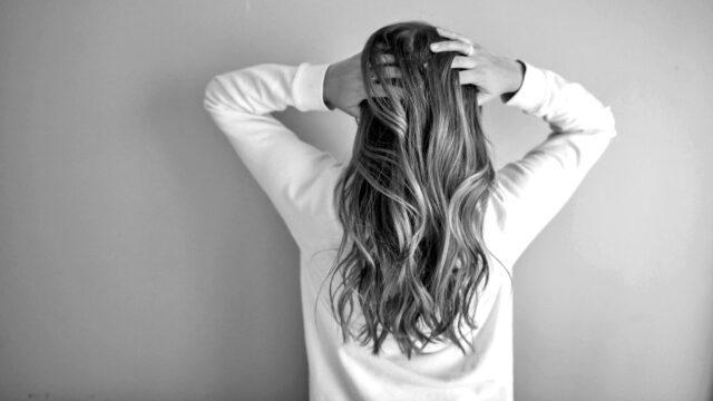 頭をかく女性 痒い 頭を抱える 感情が乱れる 悩み ヒステリー