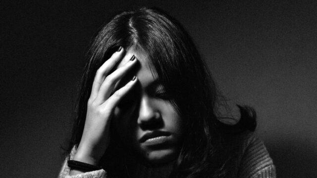 頭痛 頭を押さえる 病気 発熱 固定観念 不安 迷い