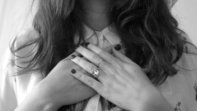 胸を押さえる女性 心臓 愛